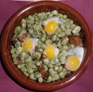 Cassoleta de favetes amb ceps i ous de guatlla
