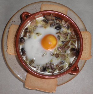 Ous al plat amb bolets