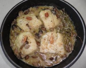 Cassoleta de bacallà amb bolets i picada d'ametlles